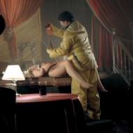 【閲覧注意】美しいストリッパーの女性がステージ上で異常者に襲われ内臓をえぐり出される