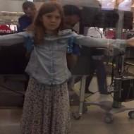 【ロリ困惑】金髪美少女が空港検査で体触られまくってガチで困惑しとるwww