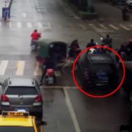 【事故映像】ブレーキとアクセルを踏み間違えた瞬間がこちら・・・