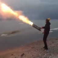 【面白】ロケット花火をガトリングガン仕様にしたらメインウエポンになってワロタwww