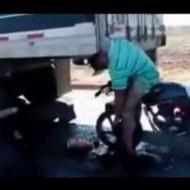 【死体】バイクの空吹かしうるさいから注意しに行ったら乗ったまま死んでた・・・ ※動画あり