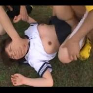 【JKレ●プ】サッカー部の制服マネージャーが部員達に野外で無理矢理犯される