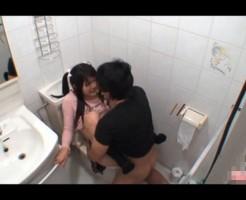 【近親相姦】可愛らしい妹に我慢できず自宅のトイレで無理矢理襲う兄・・・