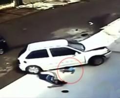 【神回避】親子が車に何度も轢かれる→子供はゴム人間だったためノーダメージ