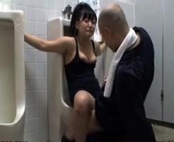 【拘束レイプ】スク水美少女が男子トイレに拘束され訪れた男達の肉便器にされるwww