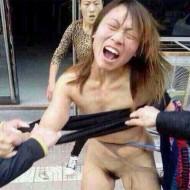 【エログロ】中国の街中で不倫した女が素っ裸にされてる・・・