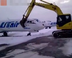 【朗報】俺氏、空港作業員解雇され腹立ち飛行機破壊するwww ※衝撃映像
