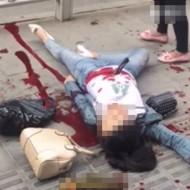 【グロ動画】街中で浮気してる妻見つけた→その場で刺し殺してきた・・・