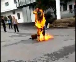 【焼身自殺不 当 裁 判 !抗議で体に火つけたけど判決は何一つ変わらず無駄死した模様 ※閲覧注意