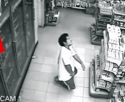 【閲覧注意】スーパーマーケットの冷蔵庫から飲み物を取り出した瞬間何かに憑依された男&超常現象