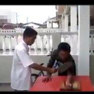 【グロ動画】防御力UP系の強化バフがかかってると信じ込んでる男が自分の腕を斬りつけた結果・・・
