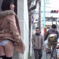 【露出】目の前の女の子パンツ丸出しにしてて海外かと思ったら日本だった件w ※エロ動画