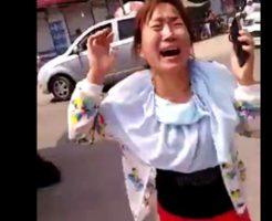 【グロ動画】母親と子供の轢かれ死んだ姿を見た娘が・・・