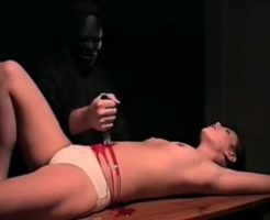 【エログロ】裸の女の子にナイフ突き刺してグリグリして血まみれになった体もエロい事が判明www ※動画