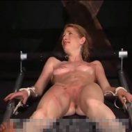 【エロごう問 無修正】裸の女の子の体が赤くなるまでひたすら叩き続ける簡単なお仕事はこちらw ※動画