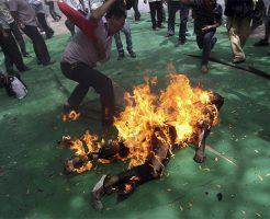 【閲覧注意】「この土地は渡さない…」 村人が中国の役員4人を燃やす映像