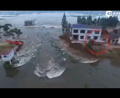 【衝撃映像】中国で洪水で決壊した堤防に石を積んだトラックを落とすが…