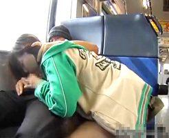【エロ注意】旅行中の列車で人目も気にせず彼女にフェラさせてるwww