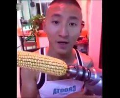【衝撃映像】トウモロコシ早食いチャレンジで電動ドリルに巻きつけたアホ過ぎるおっさんの末路がwww