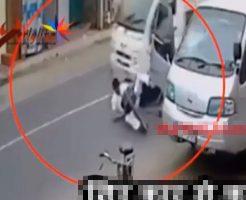【衝撃映像】車降りる時に後ろ見ずにドア開けた怖すぎる結果→自転車の人転倒→後ろの車に頭踏まれる・・・