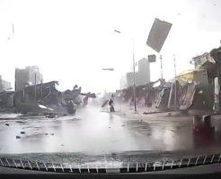 【衝撃映像】ん?みんな走って逃げてくる???目の前で竜巻に捲き込まれたら・・・