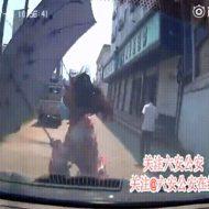 【閲覧注意】衝撃のGIF動画。路地で暴走して複数の人をはね飛ばす踏み間違い事故ドラジフ。