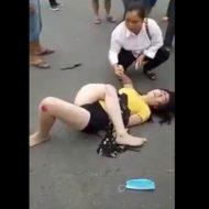 【閲覧注意】な、何を言っているのかわからねーと思うが、仰向けで寝転がった女の子の右足が左足の横についてる ※動画