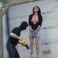 【女 絞首刑】首に紐巻きつけられて命乞いする女の足場ちょっとずつ壊すの楽しすぎwww ※動画