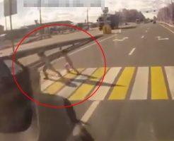 【事故映像】あ!止まってくれたありがとう♪→グシャァ 6歳女児が道路飛び出しで死ぬ・・・