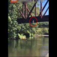 【閲覧注意】そーれ!高いたかーい!他界たかーいwww → 川から4歳児をポイー ※動画