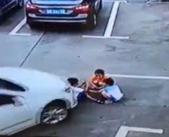 【閲覧注意】轢 き 殺 す マ ン 車運転する奴は見ておけ 車の視界で遊んでいた子ども3人が・・・ ※動画