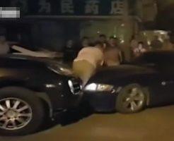 【衝撃映像】ポルシェ → ぼく ← BMW 高級車に挟まれて幸せすぎるwww脚の骨折れたけどw