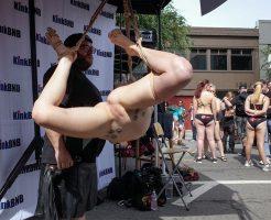 【エロ画像】女性がマ●コの中に手を入れられる謎のエロ祭り・・・