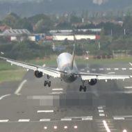 【衝撃映像】台風みたいな強風の時に飛行機運休なるのが納得できる映像 パイロットすごすぎww