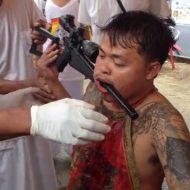 【閲覧注意】体に銃埋め込んでサイボーグ化しようとしてる男の記録映像をご覧くださいw
