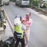 【閲覧注意】警察官が一方的にズバズバ切りつけられる 違反切符切っただけで血まみれになる修羅の現場はこちら