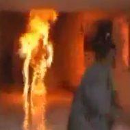 【閲覧注意】全身火だるまで叫びながら走り回ってるやつ助けたいけどこっちに走ってきたら絶対逃げるやろ・・・ ※動画