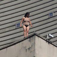 【グロ画像】Tバックでビルの上から飛び降りた女が変わり果てた劇的ビフォーアフター・・・ ※閲覧注意