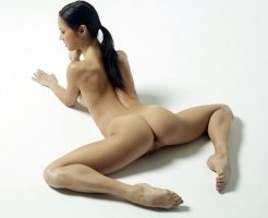 【エロ注意】全裸でヨガしてる美女の股間をアップで撮ってみたwww