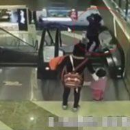 【衝撃映像】おばあちゃん、生後4ヶ月の孫をエスカレーターからポイー 閲覧注意