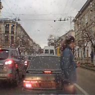 【衝撃映像】俺氏、道路をスマホ見ながら車をすり抜けていくも、華麗にバスに跳ねられる→からの復活演出!!
