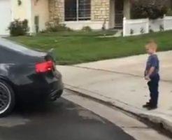 【痛すぎ注意】子供がパパの車によって「バキッ」そして血がピューと吹き出す映像