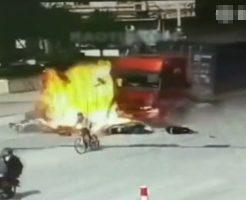 【閲覧注意】うせやろこれガチ事故か・・・トラックが車に追突→自転車バイク巻き込む→爆発炎上が定期な中国事故現場