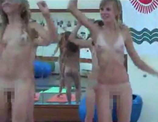 【無修正 ロリ】海外のJKの間で全裸フィットネスが話題にw日本でも流行らせなきゃ(使命感)