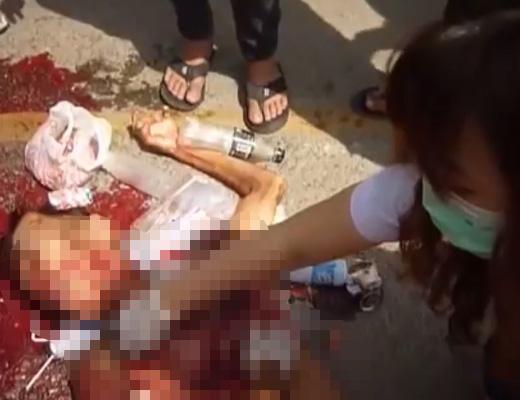 【グロ 死体】こんなん絶対助からんやん・・・バスに轢かれてミンチになった人を取りあえず裸にするのん酷過ぎw
