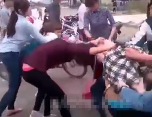【いじめ注意】中国で女子校生の喧嘩といえば?例によって脱衣式ゲームwktk