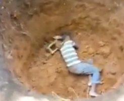 【胸糞注意】虐待ってレベルじゃねーぞ!子供を生き埋めにするジャマイカ土人