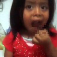 【グロ動画】かわいい幼女にゴキブリを食わせるマジキチ親・・・誰かこの子を引き取ってクレメンス・・・