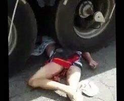 【グロ 動画】サイクリングJK、転倒先にトラック → 股間からナニカ出る