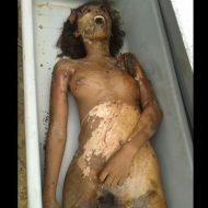 【グロ 画像】40%ぐらいミイラで股間周りの腐敗早い10代女子、レイプされてたっぽい・・・